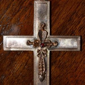 Zlacený křížek s kamínkem