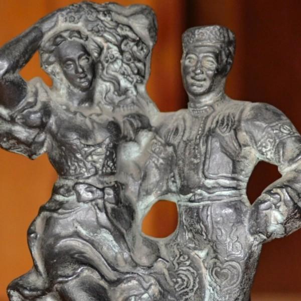 Soška tanečníků patinovaná na bronz