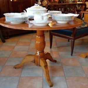 Kulatý stůl z třešňového masivu