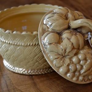 Keramický košíček - dóza s motivem podzimního ovoce v pleteném košíku. 1.pol.19.stol.