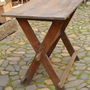 Lehký, přenosný stůl s trnoží