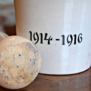 Porcelánový hmoždíř s datací 1914-1916