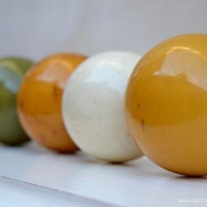 Čtyři barevné biliárové koule