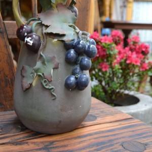 Keramický džbánek s hrozny