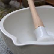 Porcelánová třecí mísa s paličkou