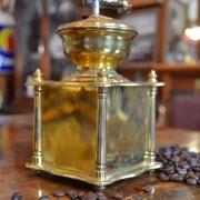 Mosazný mlýnek na kávu