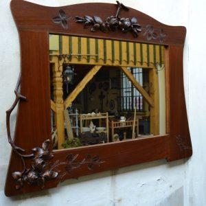 Starožitné zrcadlo v secesním rámu