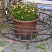 starožitný květinový stojan