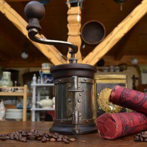 Válcový starožitný mlýnek živnostníka
