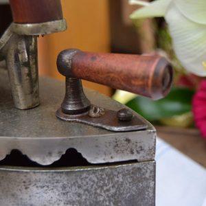 Starožitná žehlička