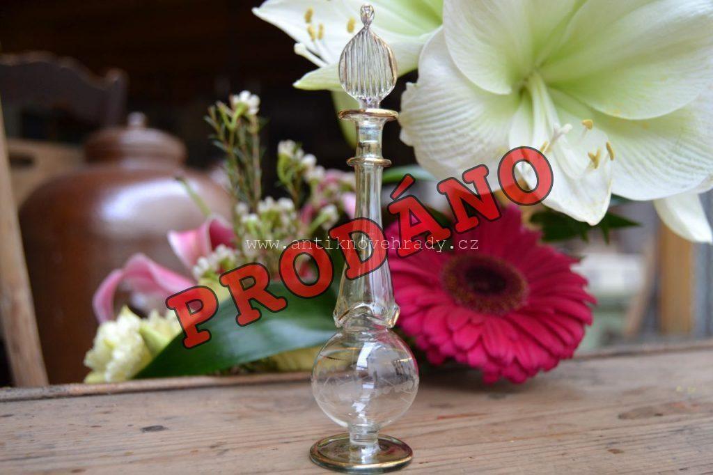 Starý ručně vyrobený flakón na parfém