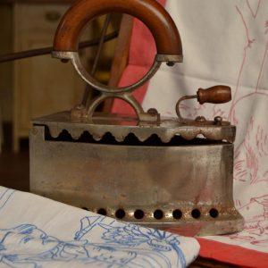 Litinová starožitná žehlička zvaná parník
