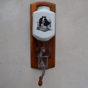 Starožitný mlýnek s rokokovými postavičkami