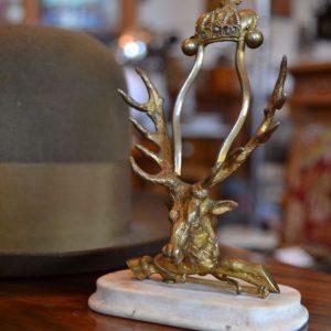 Starožitný stojánek na psací potřeby s hlavou jelena a korunkou