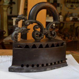 Starožitná žehlička s drakem