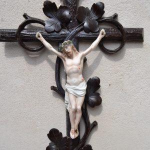 Starožitný Kristus na řezaném křížku