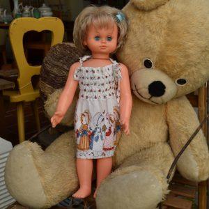 Retro panenka z období socialismu - světlé šaty