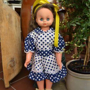 Retro panenka z období socialismu - modré šaty s puntíky