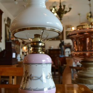 Starožitná petrolejová lampa s porcelánovým tělem