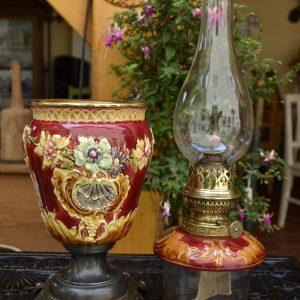 Starožitná petrolejová lampa ze zdobené majoliky