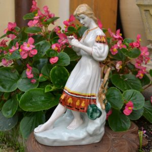 Starožitná porcelánová soška zamilované dívčiny