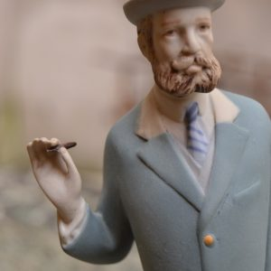 Starožitná soška - Gentleman s doutníkem
