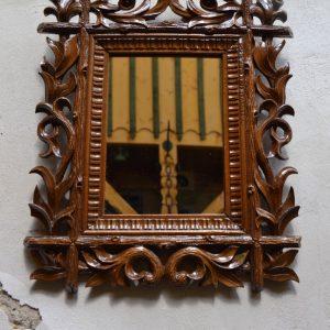 Starožitné zrcadlo v bohatě řezaném rámu