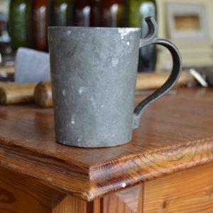 Starý cínový pohár