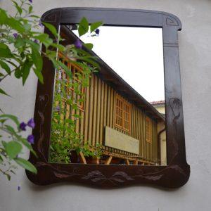 Vkusně zdobené secesní zrcadlo
