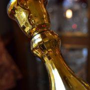 Starožitné zlatavé svícny z foukaného skla do formy