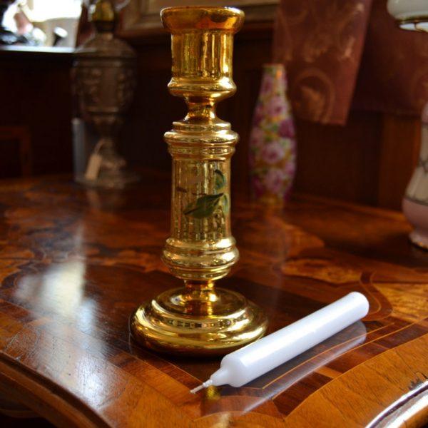 Zlatavý starožitný svícen