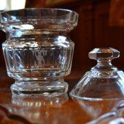 Starožitná dóza z broušeného skla
