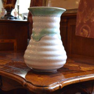 Pěkně tvarovaná starožitná váza na květiny
