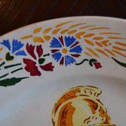 Keramický malovaný talíř s hasičem