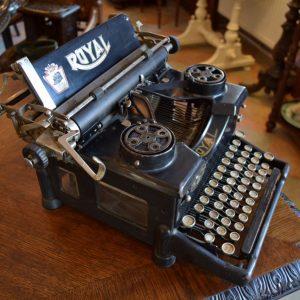 Starožitný psací stroj značky ROYAL