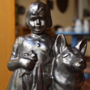Starožitná soška holčičky s vlčákem
