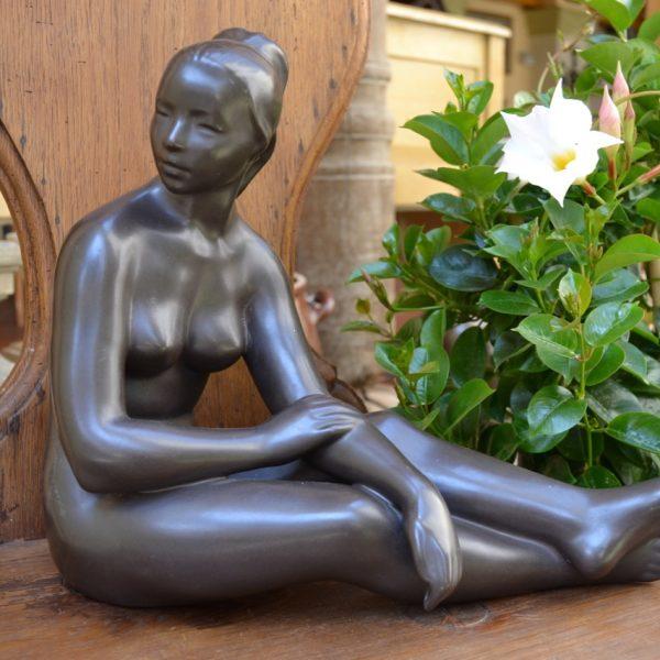 Starožitná soška akt sedící dívka