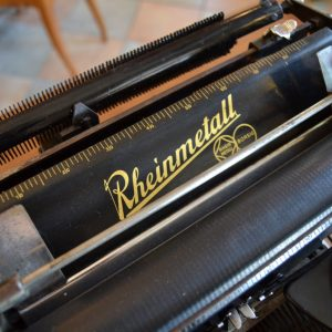Starožitný psací stroj značky Rheinmetall