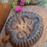vPečící starožitná forma ve tvaru srdce