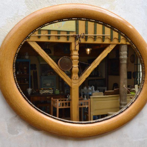 Nástěnné zrcadlo v oválném rámu