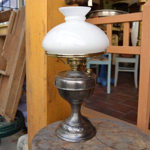 Stará lampa předělaná na elektřinu