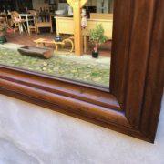 Zrcadlo v rámu z ovocného dřeva