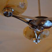 Hezky řešený chromovaný lustr