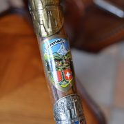 Turistická starožitná hůl se štítky