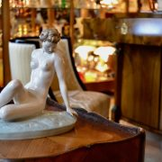 Starožitná soška sedící dívky