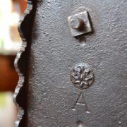 Větší starožitná žehlička