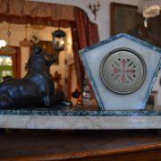 Kubizující starožitné krbové hodiny