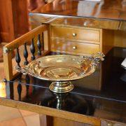 Mosazný talířový starožitný nástolec