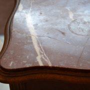 Vysoký starožitný stoleček